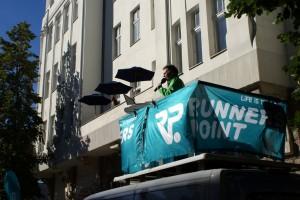 Der Marathon Kommentator vor dem Meeet Balkon