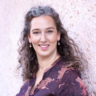 Mira Nonhoff, Beraterin und Therapeutin zu Themen rund um Weiblichkeit, Sexualität und Körperlichkeit, bietet Einzelberatungen und Gruppenworkshops