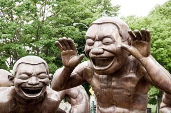 Skulptur lachender Menschen als Symbolbild für Impro Theater