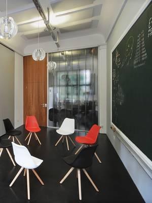 Meetingraum mit Stuhlkreis