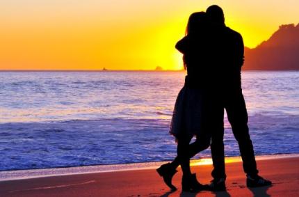 Symbolbild Partnerschaft, ein Paar am Strand