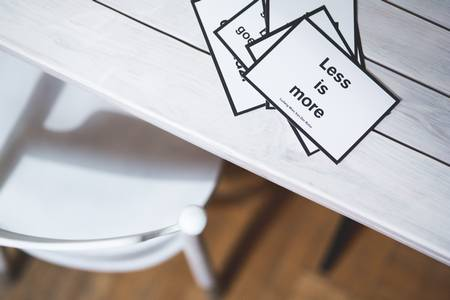 Lees is more als Symbol für Einfachheit für Unternehmer bei Gründung und Innovation