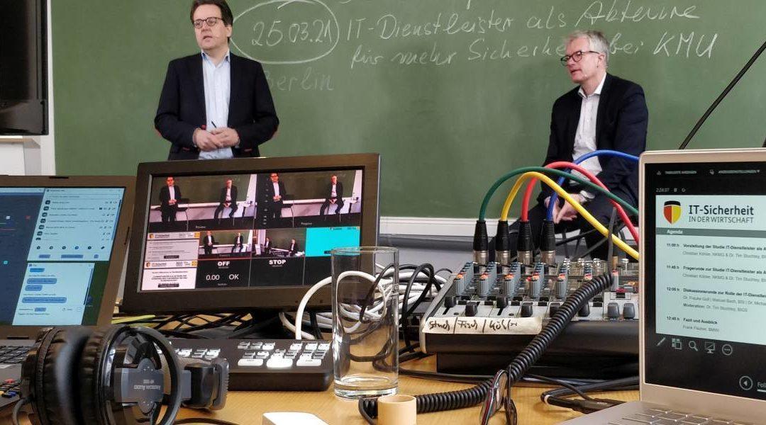 Mit wie vielen Monitoren arbeitet man bei einer großen Live-Streaming Konferenz?